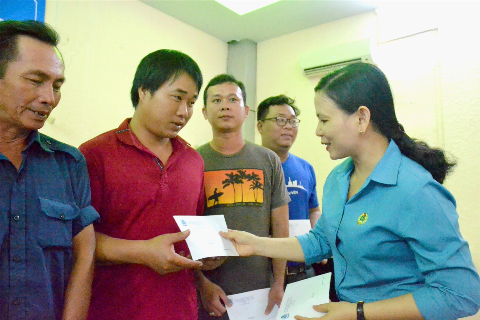 Phó Chủ tịch Thường trực LĐLĐ An Giang Phan Thị Diễm trao hỗ trợ cho người lao động tại TP. Long Xuyên. Ảnh: LT
