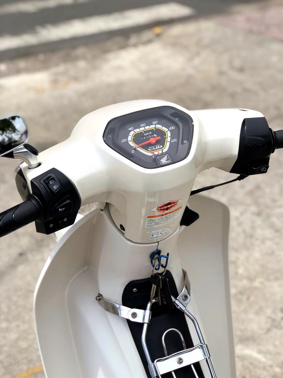 Các nút bấm đèn, đề điện, còi đều được làm mới, lấy cảm hứng từ những mẫu xe ga hiện tại của Honda. Ảnh: Nhân vật cung cấp