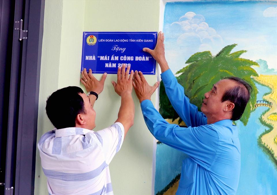 Phó Chủ tịch LĐLĐ Kiên Giang Nguyễn Minh Dũng cùng đoàn viên Võ Minh Đức gắn biển Mái ấm Công đoàn. Ảnh: NQH