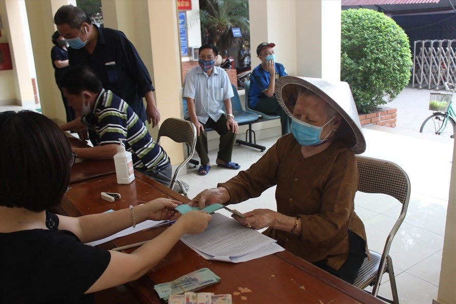Chi trả hỗ trợ người dân bị ảnh hưởng dịch COVID-19. Ảnh: Anh Thư
