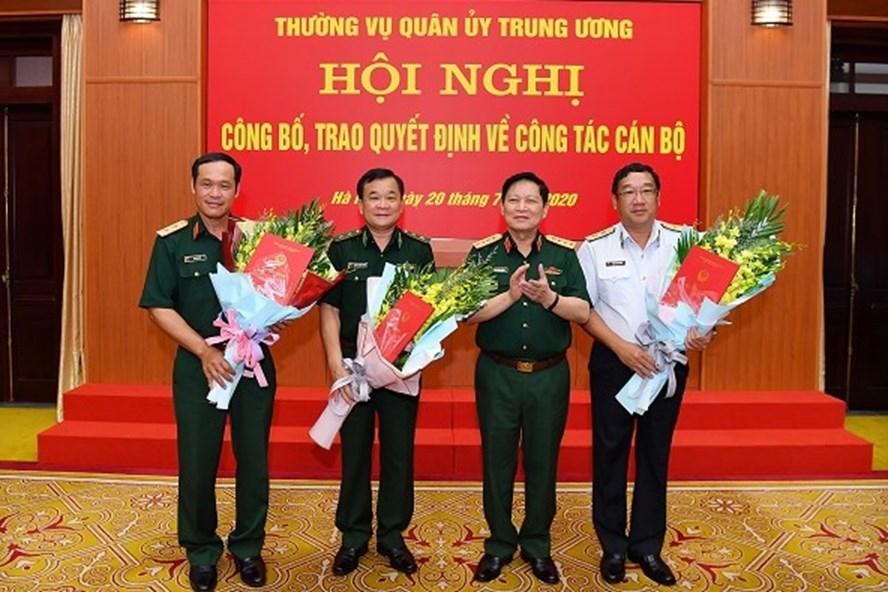 Đại tướng Ngô Xuân Lịch tặng hoa chúc mừng các đồng chí vừa được Thủ tướng Chính phủ bổ nhiệm chức vụ Thứ trưởng Bộ Quốc phòng. Ảnh BQP