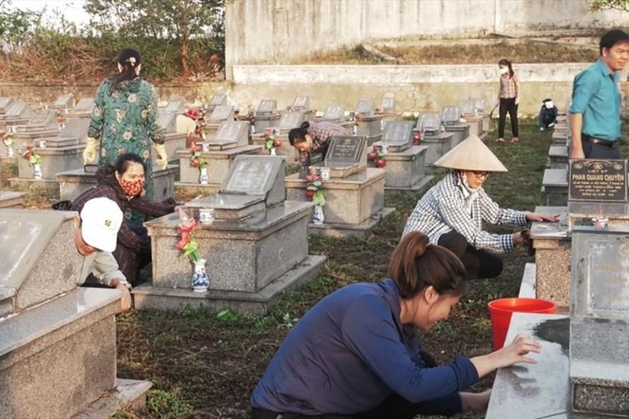 Đoàn viên công đoàn Đức Thọ tham gia làm đẹp Nghĩa trang. Ảnh: Xuân Sang - Đức Thanh.