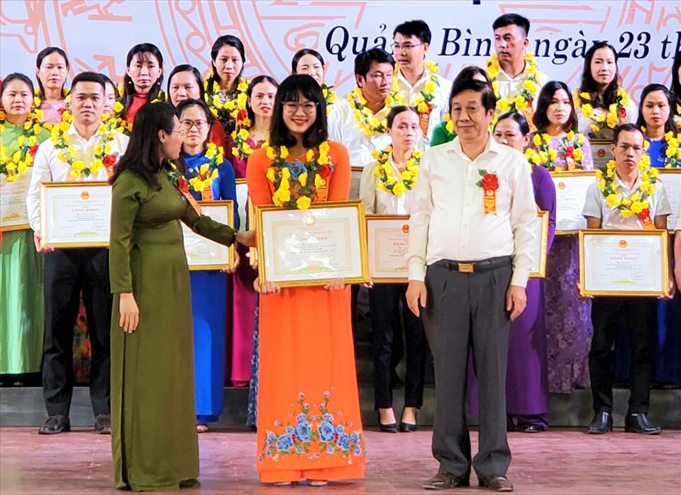 Lãnh đạo tỉnh Quảng Bình trao bằng khen cho các điển hình tiên tiến. Ảnh: Lê Phi Long