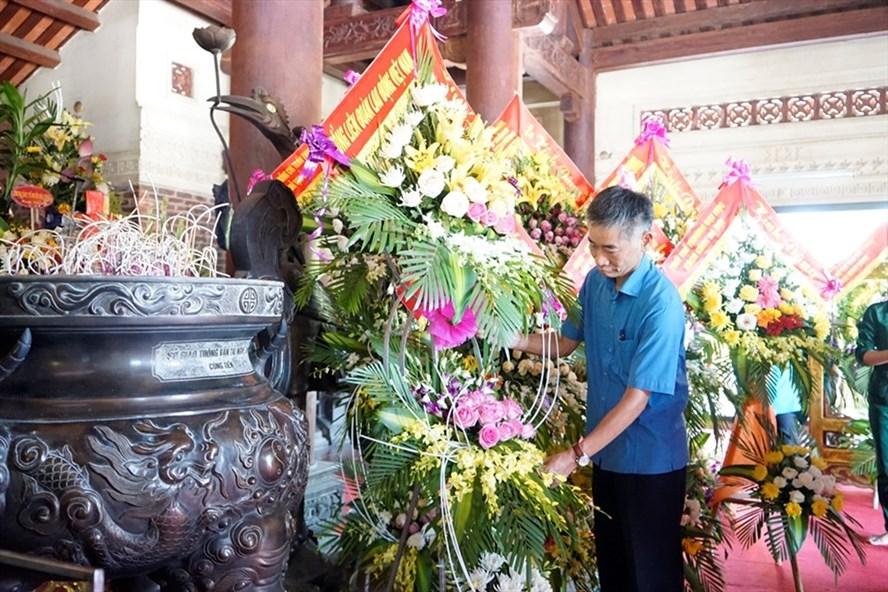 Đồng chí Trần Văn Thuật - Phó Chủ tịch Tổng LĐLĐ Việt Nam dâng hoa tưởng niệm liệt sĩ. Ảnh: Quang Đại.