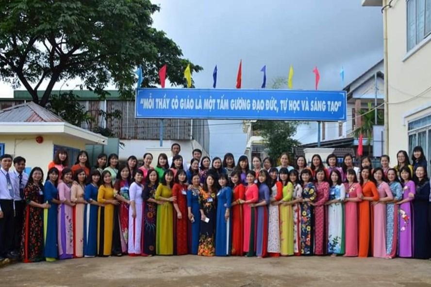 Tập thể cán bộ, nhà giáo, nhân viên Trường TH Nguyễn Trãi