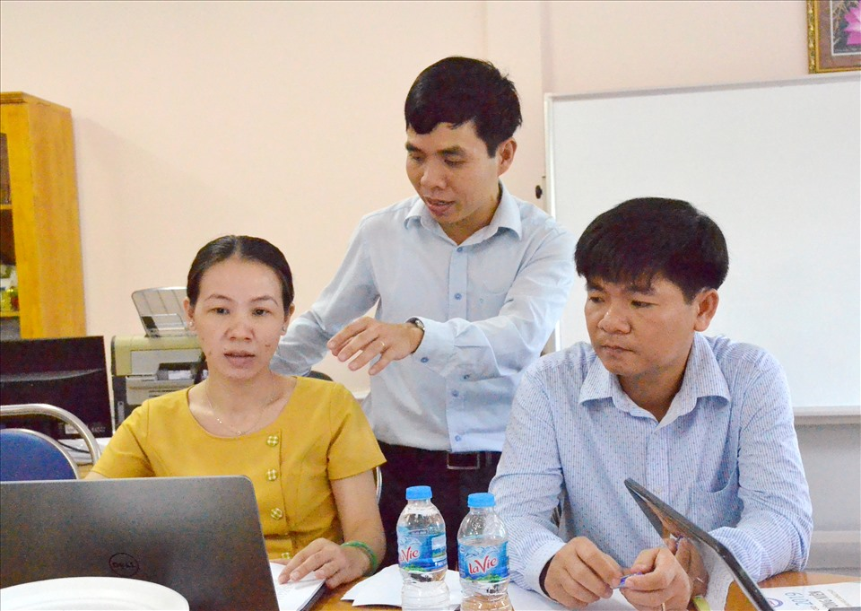 Tiến sĩ Nguyễn Văn Dũng trong giờ thảo luận cùng đồng nghiệp trong khoa. Ảnh: LT