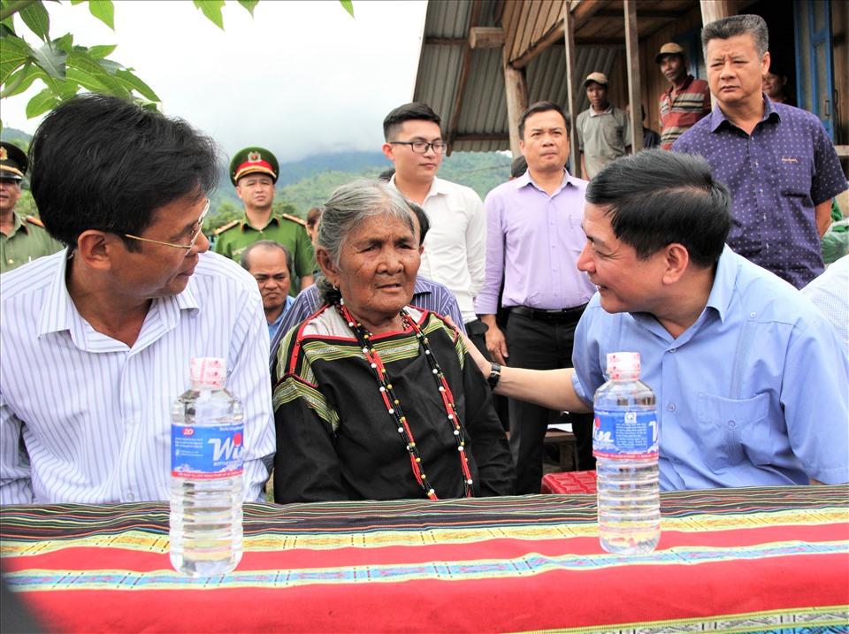 Bí thư Đắk Lắk Bùi Văn Cường thăm hỏi tình hình sức khỏe bà H'Nét Liêng. Ảnh Bảo Trung