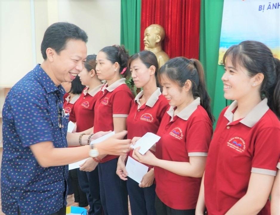 Ông Nguyễn Thành Đô, Trưởng Ban Chính sac1ch - Pháp luật LĐLĐ TPHCM trao quà cho các giáo viên mầm non bị ảnh hưởng việc làm do dịch COVID-19. Ảnh Đức Long