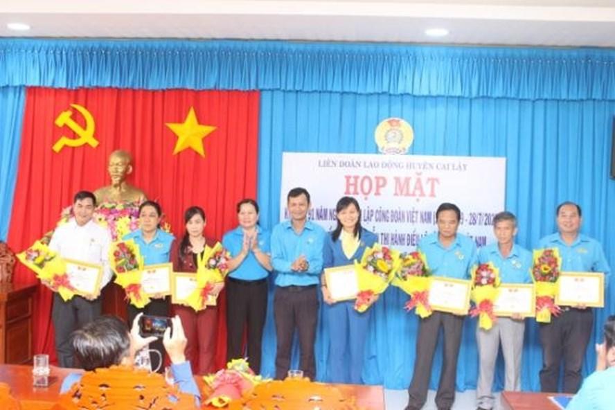 Khen thưởng tại họp mặt LĐLĐ huyện Cai Lậy kỷ niệm 91 năm Ngày thành lập Công đoàn VN. Ảnh: K.Q