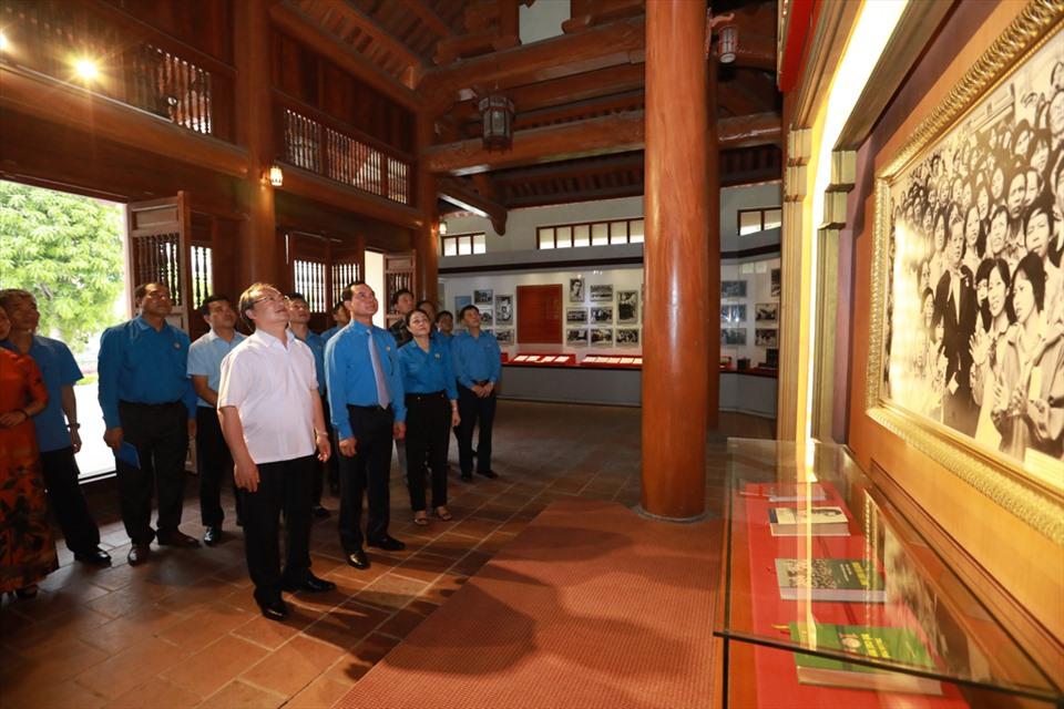 Đoàn đại biểu Tổng LĐLĐVN tham quan Nhà trưng bày lưu niệm đồng chí Nguyễn Văn Linh. Ảnh: Hải Nguyễn.