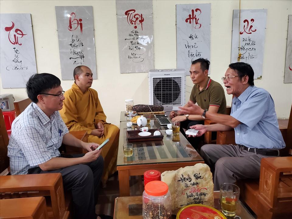Nhà báo Văn Hiền (bìa phải) kể lại quá trình xác minh thông tin các nhà báo liệt sĩ. Ảnh: QH