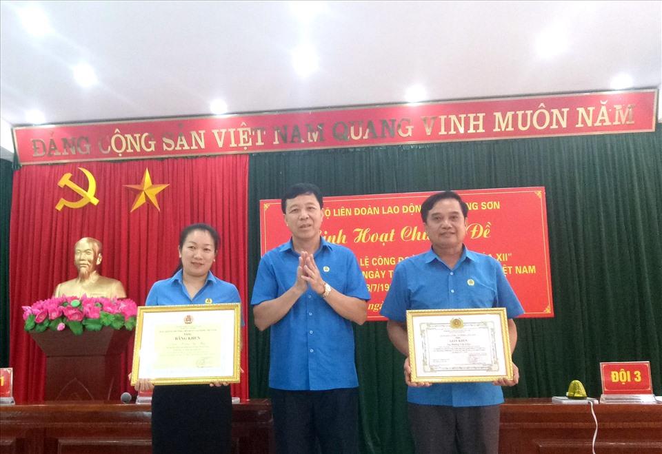 Đồng chí Lý Đức Thanh - Bí thư Đảng đoàn, Chủ tịch LĐLĐ tỉnh trao Bằng khen, Giấy khen cho các đảng viên
