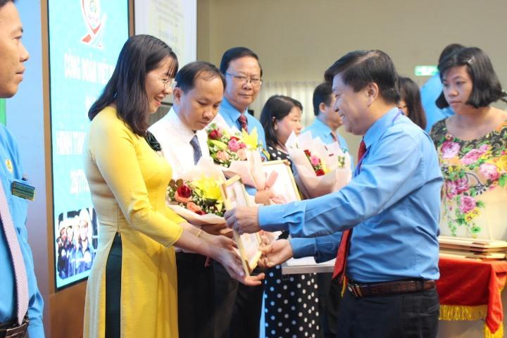 Chủ tịch LĐLĐ tỉnh Long An - ông Nguyễn Văn Quí - trao Bằng khen cho các điển hình tiên tiến. Ảnh: K.Q