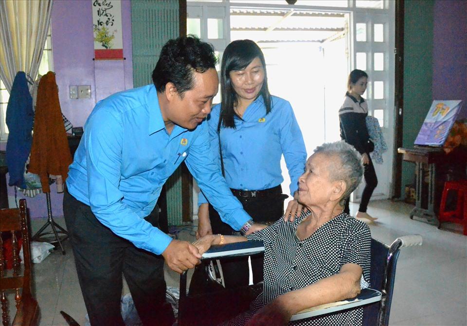 Đoàn công tác LĐLĐ Kiên Giang thăm hỏi sức khỏe cô Võ Thị Liễu. Ảnh: LT