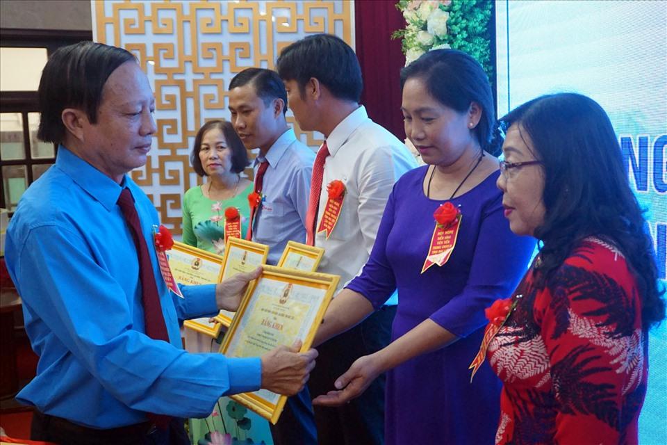 Chủ tịch LĐLĐ Bạc Liêu Nguyễn Văn Khanh trao bằng khen cho các đơn vị tập thể xuất sắc trong phong trào thi đua (ảnh Nhật Hồ)