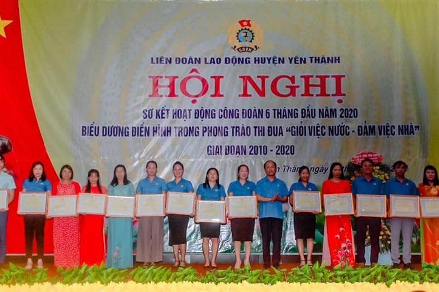 Lãnh đạo LĐLĐ tỉnh Nghệ An trao Bằng khen cho các tập thể, cá nhân xuất sắc. Ảnh: Anh Tuấn