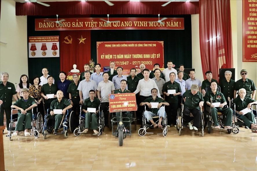 Lãnh đạo Bảo hiểm xã hội Việt Nam tặng quà thương, bệnh binh tại Trung tâm Điều dưỡng Người có công tỉnh Phú Thọ. Ảnh: Thư Anh