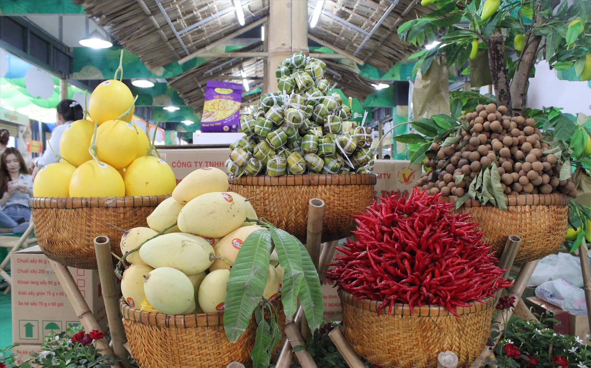 Ngoài các mặt hàng gia dụng, mỹ nghệ, quần áo... thì trái cây đến từ các tỉnh miền tây với giá ưu đãi cũng được bày bán.