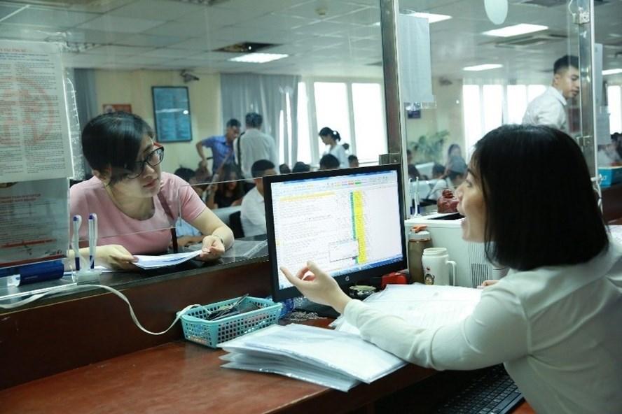 Cán bộ Sở Kế hoạch - Đầu tư Hà Nội hướng dẫn các doanh nghiệp làm thủ tục cấp giấy phép kinh doanh.  Ảnh: HẢI NGUYỄN