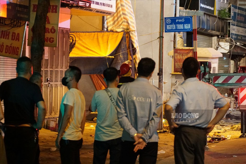 Về vụ việc trên, lãnh đạo Đội CSGT số 4 - Công an TP Hà Nội cho biết, đơn vị đã cử lực lượng ra phân luồng giao thông vụ sập giàn cẩu kính ở phố Nguyễn Công Trứ. Lao Động sẽ tiếp tục thông tin sự việc.