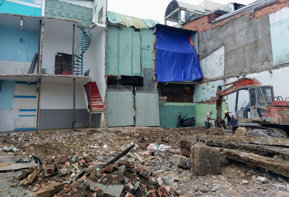 Dãy nhà trên đường Trường Chinh (quận Tân Bình) đang được thi công tháo dỡ, giải phóng mặt bằng.