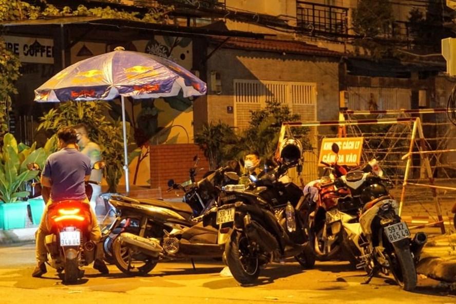 Phong toả tuyến đường tại quận Thủ Đức đêm 30.7 vì liên quan tới bệnh nhân 517. Ảnh: Minh Quân