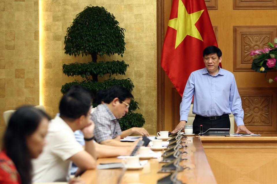 Quyền Bộ trưởng Bộ Y tế Nguyễn Thanh Long thông tin thêm về ca bệnh COVID-19 tử vong đầu tiên. Ảnh: VGP