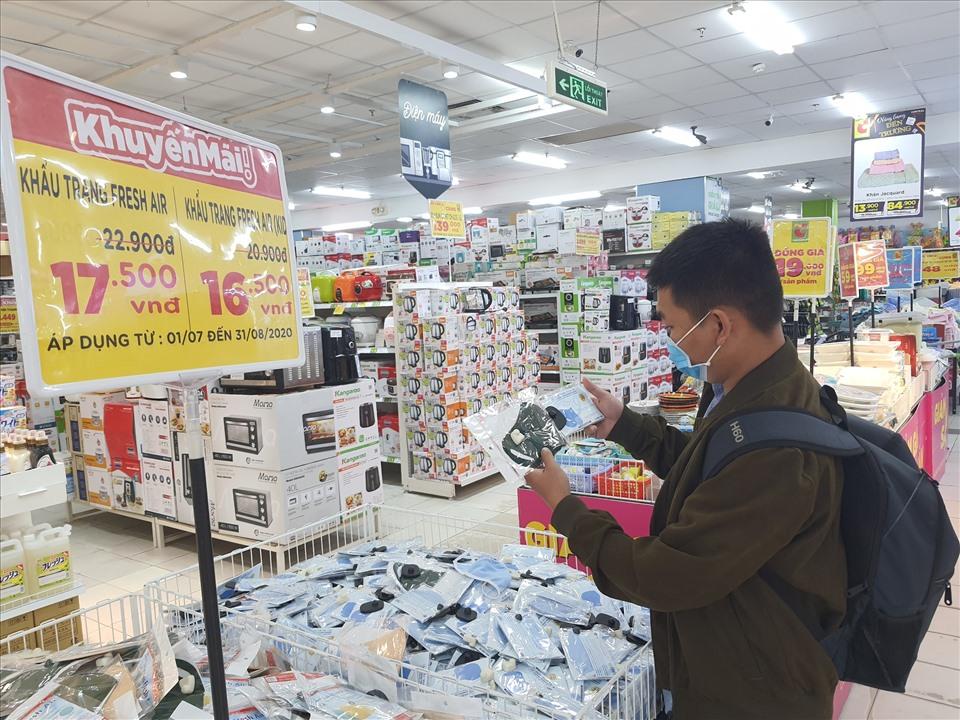 Khẩu trang vải kháng khuẩn được bán đại trà tại siêu thị Big C Miền Đông (quận 10). Ảnh: ANH NHÀN