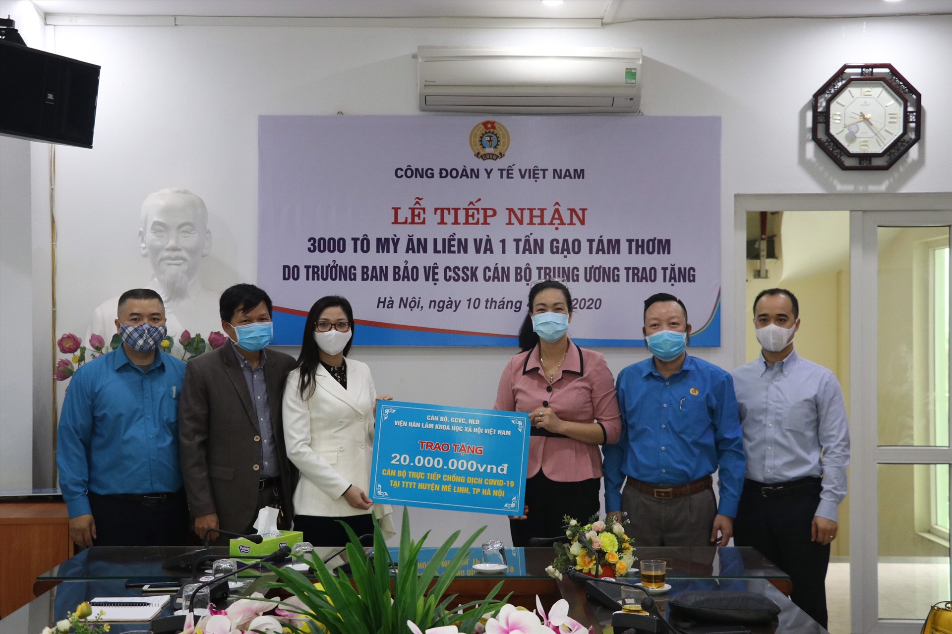 Lãnh đạo Công đoàn Y tế Việt Nam tặng quà, trao hỗ trợ cán bộ, nhân viên y tế Trung tâm Y tế huyện Mê Linh và cán bộ y tế xã Hạ Lôi. Ảnh: CĐYT