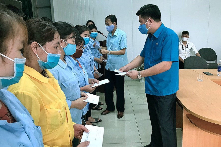 Đồng chí Hà Đức Quảng – Chủ tịch Liên đoàn Lao động tỉnh Phú Thọ - trao quà hỗ trợ cho đoàn viên công đoàn khó khăn tại huyện Yên Lập. Ảnh: Tấn Công