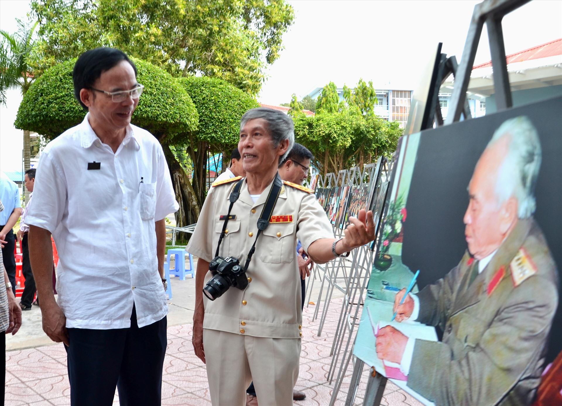 PGS.Ts Nguyễn Văn Đệ trong sự kiện triển lãm ảnh về Đại tướng Võ Nguyên Giáp của Đại tá Trần Hồng tại ĐH Đồng Tháp. Ảnh: LT