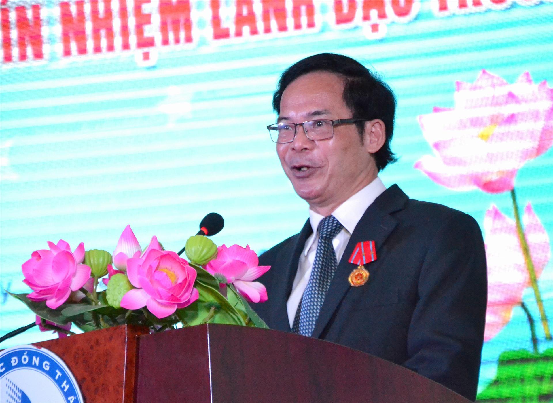 PGS.TS Nguyễn Văn Đệ trong ngày nhận Huân chương Lao động hạng Nhì. Ảnh: LT