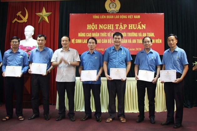 Đồng chí Ngô Biên Cương, Phó Chủ tịch Thường trực LĐLĐ tỉnh trao chứng chỉ cho các học viên. Ảnh: Nguyễn Thị Mơ.