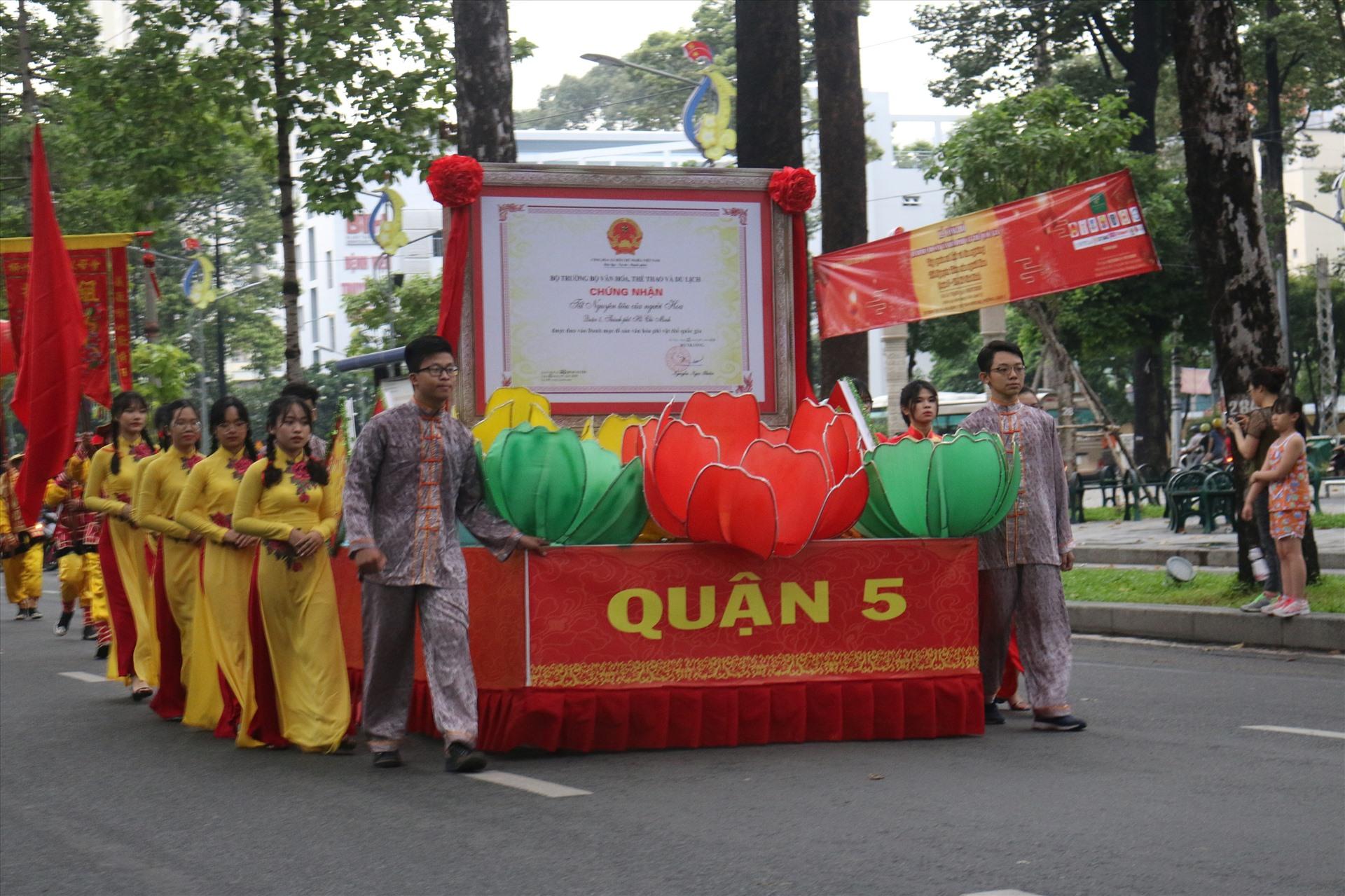 Đoàn diễu hành đi qua các tuyến đường như Hải Thượng Lãn Ông, Châu Văn Liêm, Nguyễn Trãi, Trần Hưng Đạo…