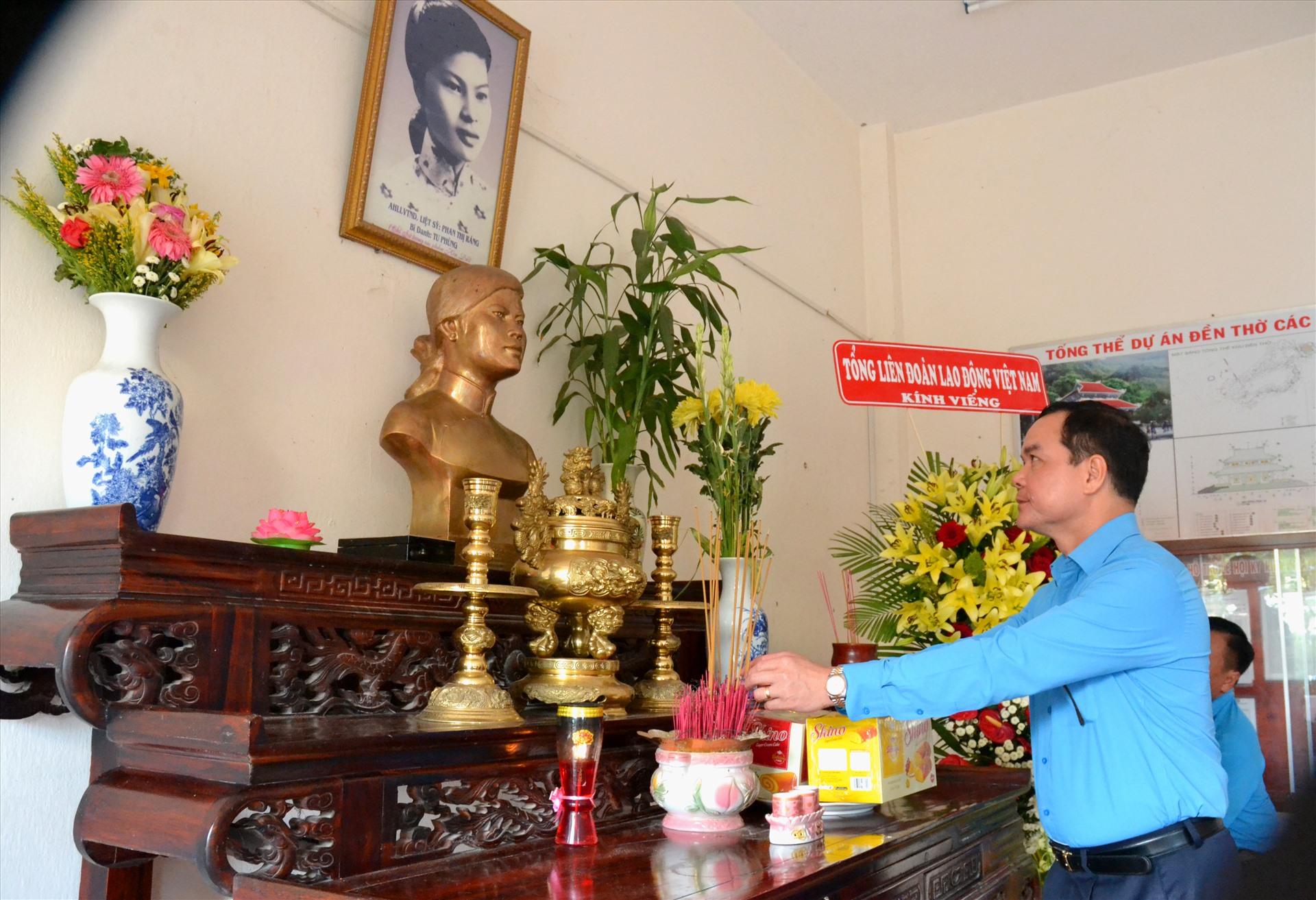 Dâng hoa thắp hương tại Đền thờ Anh hùng liệt sĩ Phan Thị Ràng tại Hòn Đất. Ảnh: LT
