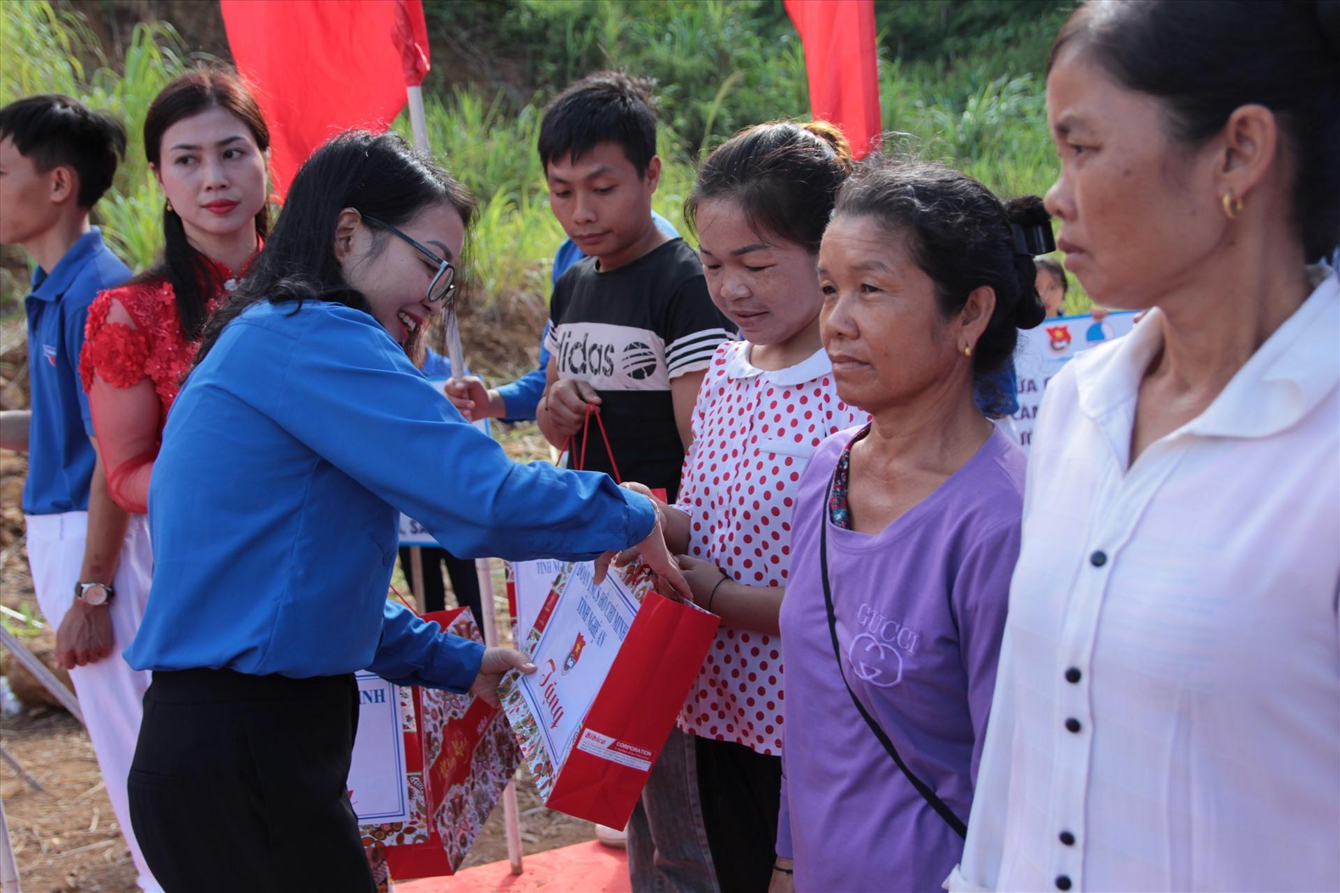 Lãnh đạo Tỉnh đoàn Nghệ An trao quà cho bà con huyện miền núi Kỳ Sơn. Ảnh: Trần Tuyên