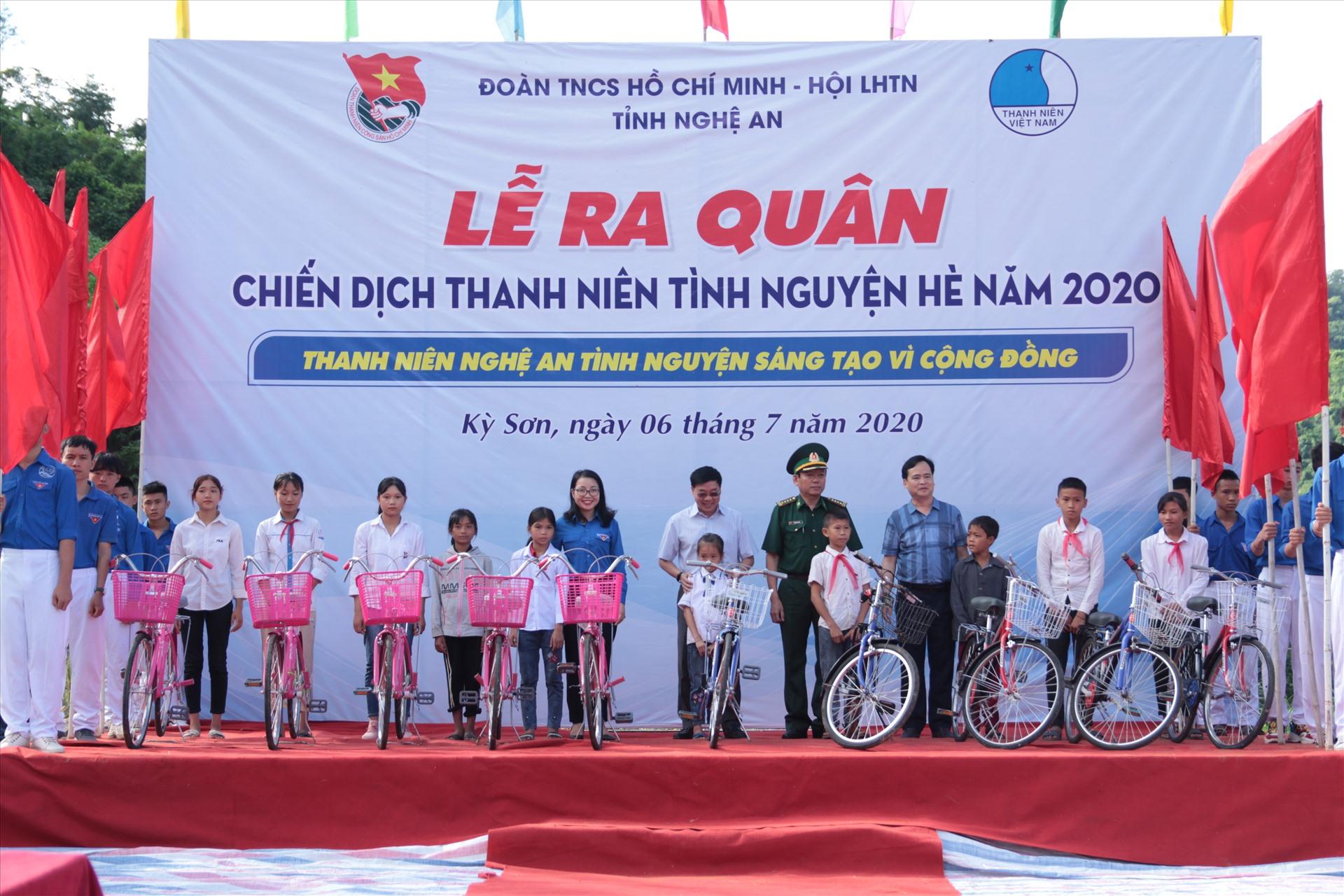 Trao tặng xe đạp cho các em học sinh vượt khó học giỏi. Ảnh: Tr. Tuyên.