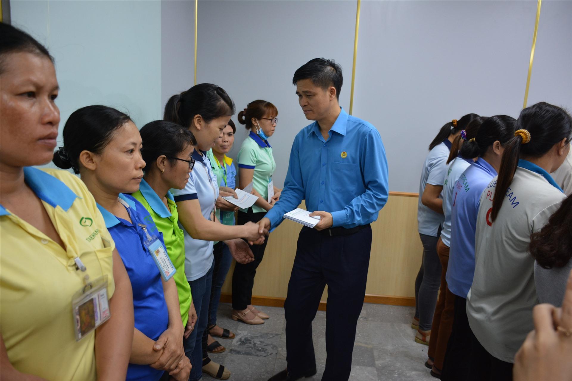 Phó chủ tịch Tổng LĐLĐVN Ngọ Duy Hiểu tặng quà cho công nhân bị ảnh hưởng do dịch bệnh COVID-19 gặp khó khăn. Ảnh: Hà Anh Chiến