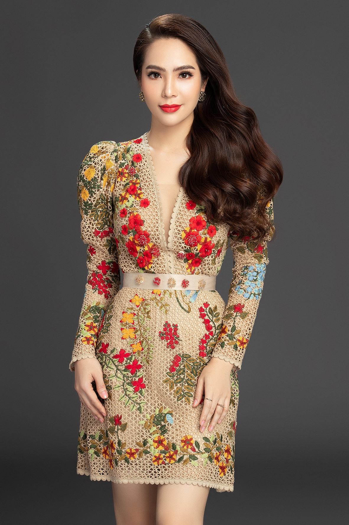 Dương Kim Ánh còn khéo khoe nhan sắc mong manh với mẫu váy được cắt may công phu từ nhiều lớp vải xuyên thấu với sự điểm nhấn là lớp lông vũ được đính kết từ dọc phần thân váy tôn nét yêu kiều cho mỹ nhân miền Tây.