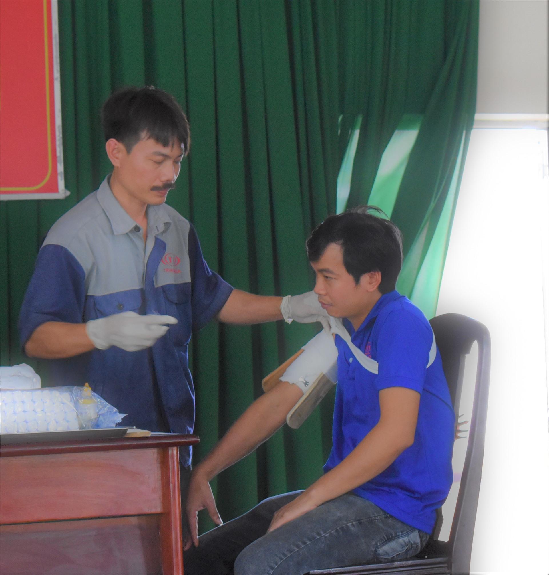 Phần thi thực hành sơ cấp cứu của đội CĐCS Công ty TNHH Nhựa Trung Nghĩa. Ảnh: Thành Nhân