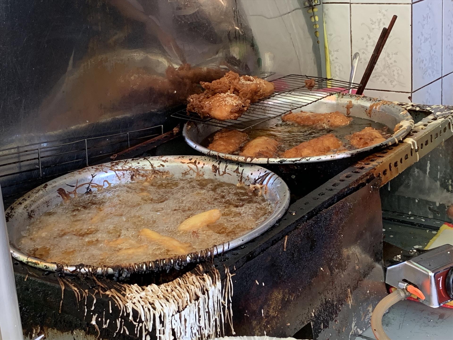 """Chị Trần Thu Hương, sống tại đường Nguyễn Văn Nghi, quận Gò Vấp là một nhân viên văn phòng, công việc khá bận rộn nên chị chọn các món ăn vỉa hè cho nhanh. Chị Thu Hương chia sẻ: """"Nhiều khi phải tăng ca nên không có thời gian để về nhà nấu ăn mà đặt đồ ăn cũng phải chờ lâu, vì ở gần công ty cũng có nhiều quán vỉa hè nên tôi ra ăn cho nhanh mà rẻ."""""""