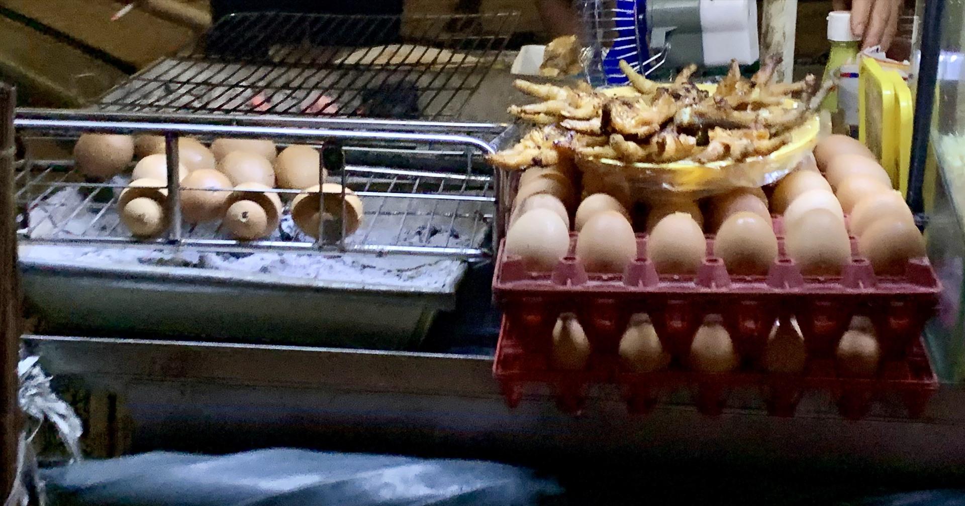 Đồ ăn được bày bán sát lòng đường nhưng không được che chắn.