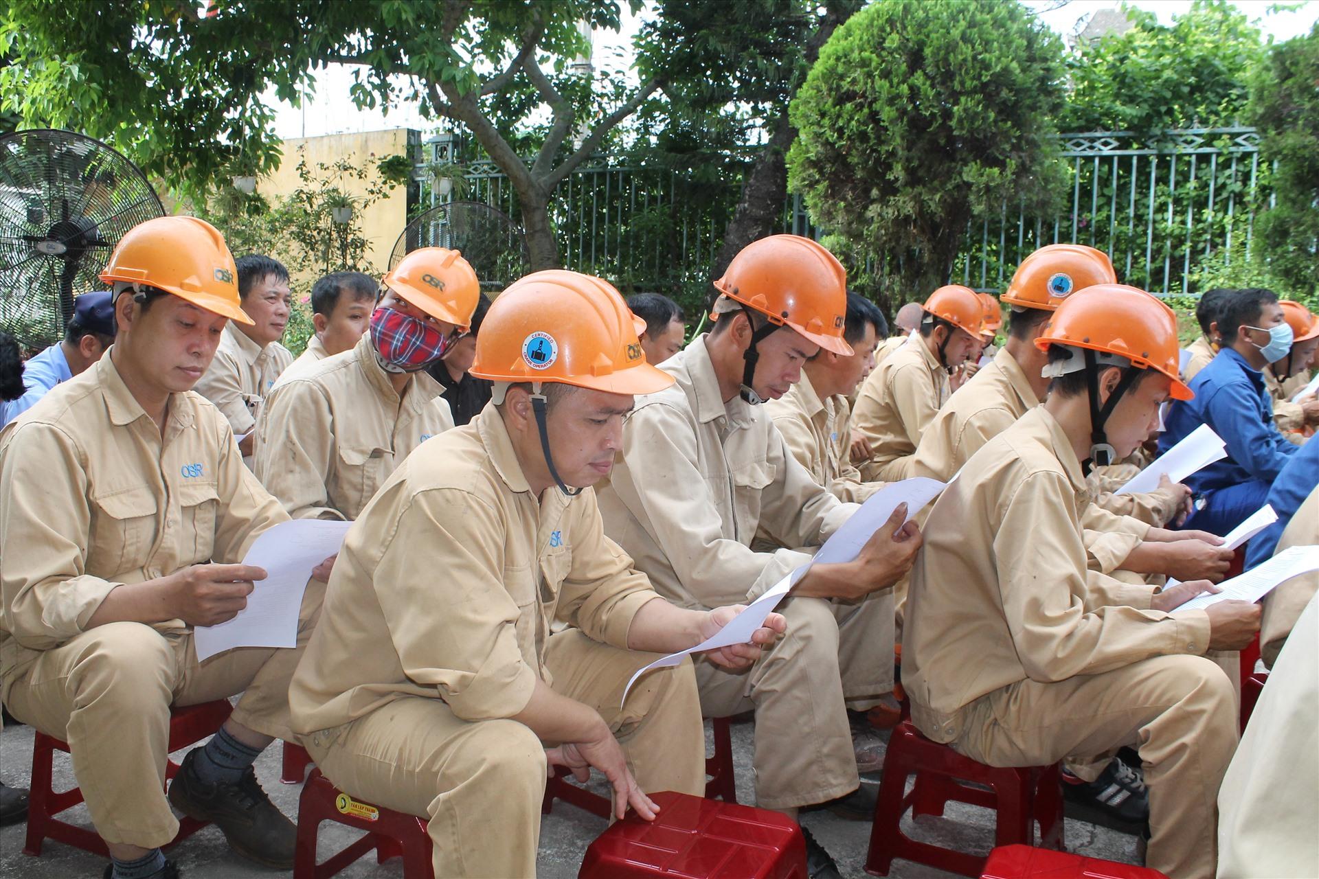 Công nhân lao động tìm hiểu kiến thức an toàn giao thông. Ảnh Mai Dung