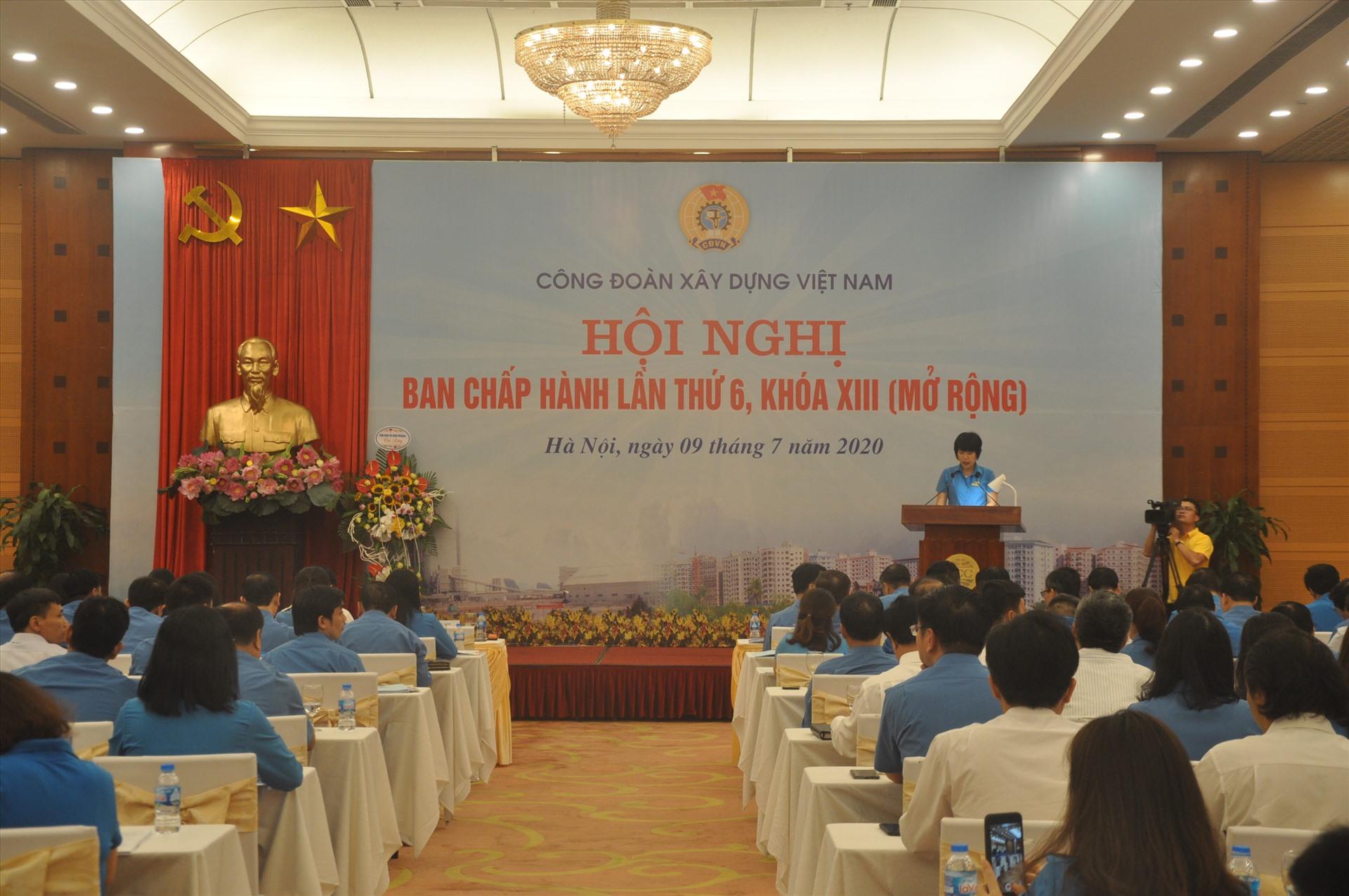 Chủ tịch Công đoàn Xây dựng Việt Nam Nguyễn Thị Thuỷ Lệ phát biểu tại hội nghị. Ảnh: Bảo Hân.