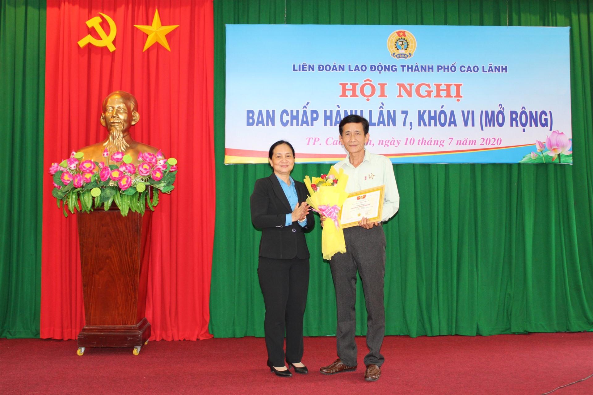 Đồng chí Nguyễn Thị Thu Ba - PCT LĐLĐ tỉnh Đồng Tháp tặng kỷ niệm chương vì sự nghiệp tổ chức Công đoàn.