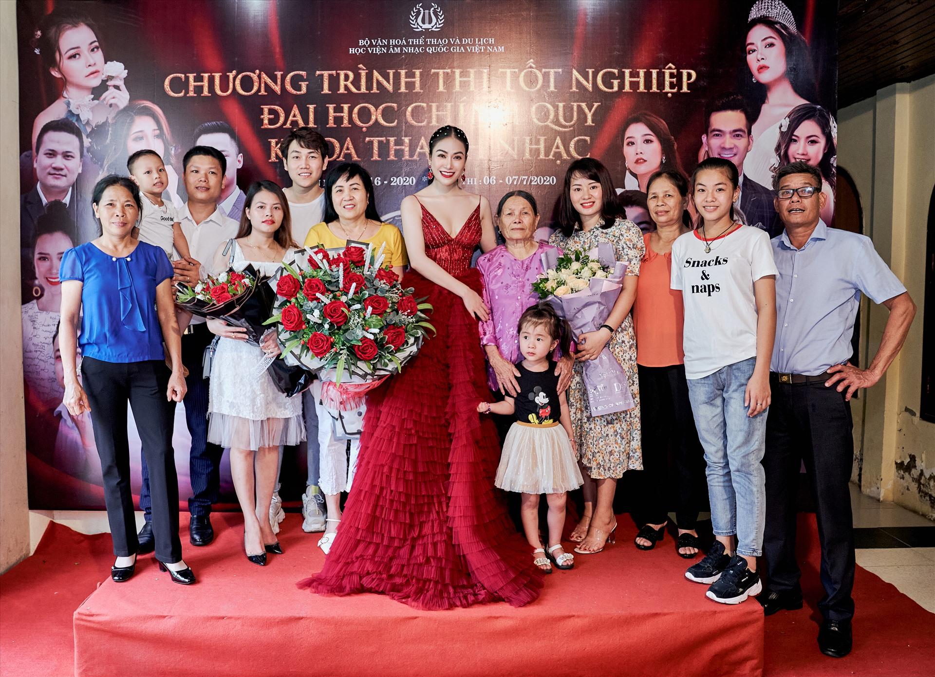 Gia đình và bạn bè đến chúc mừng lễ tốt nghiệp của Hoa hậu Áo dài Việt Nam 2019.