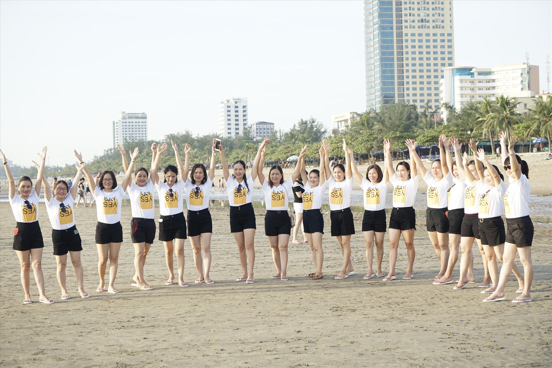 Một nhóm bạn trẻ tổ chức sự kiện trên bãi biển. Ảnh: QĐ