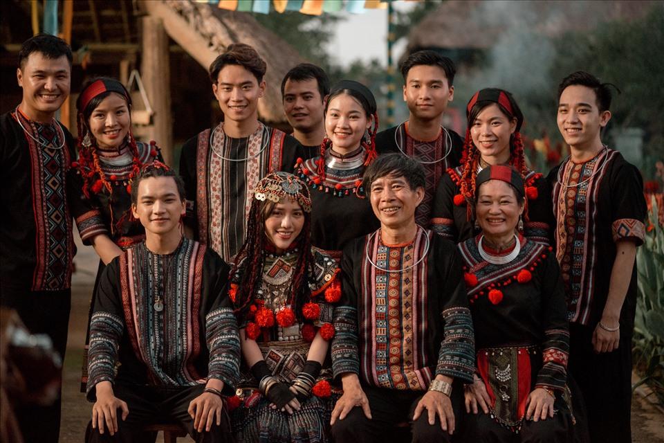 Phong cách mang văn hoá dân tộc người Dao được Phùng Khánh Linh đưa vào sản phẩm âm nhạc lần này.