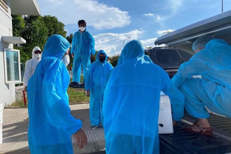 Những ngày cách ly y tế do dịch COVID-19, các nhân viên y tế Đà Nẵng đang phải làm việc trong điều kiện bảo hộ khắc nghiệt (ảnh T.H)
