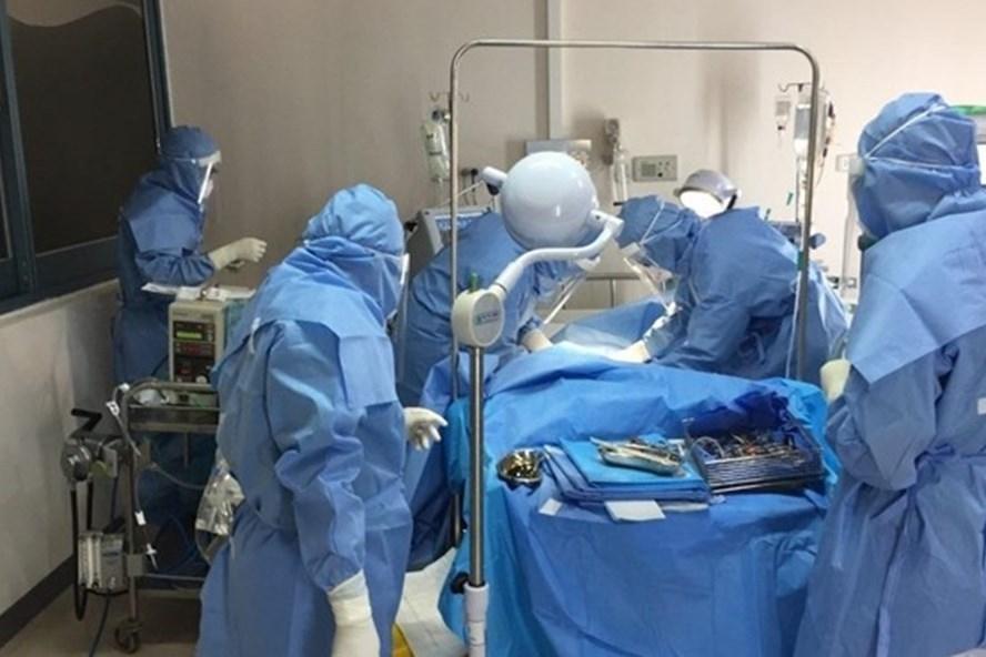Điều trị bệnh nhân COVID-19 tại Bệnh viện Trung ương Huế. Ảnh: BV